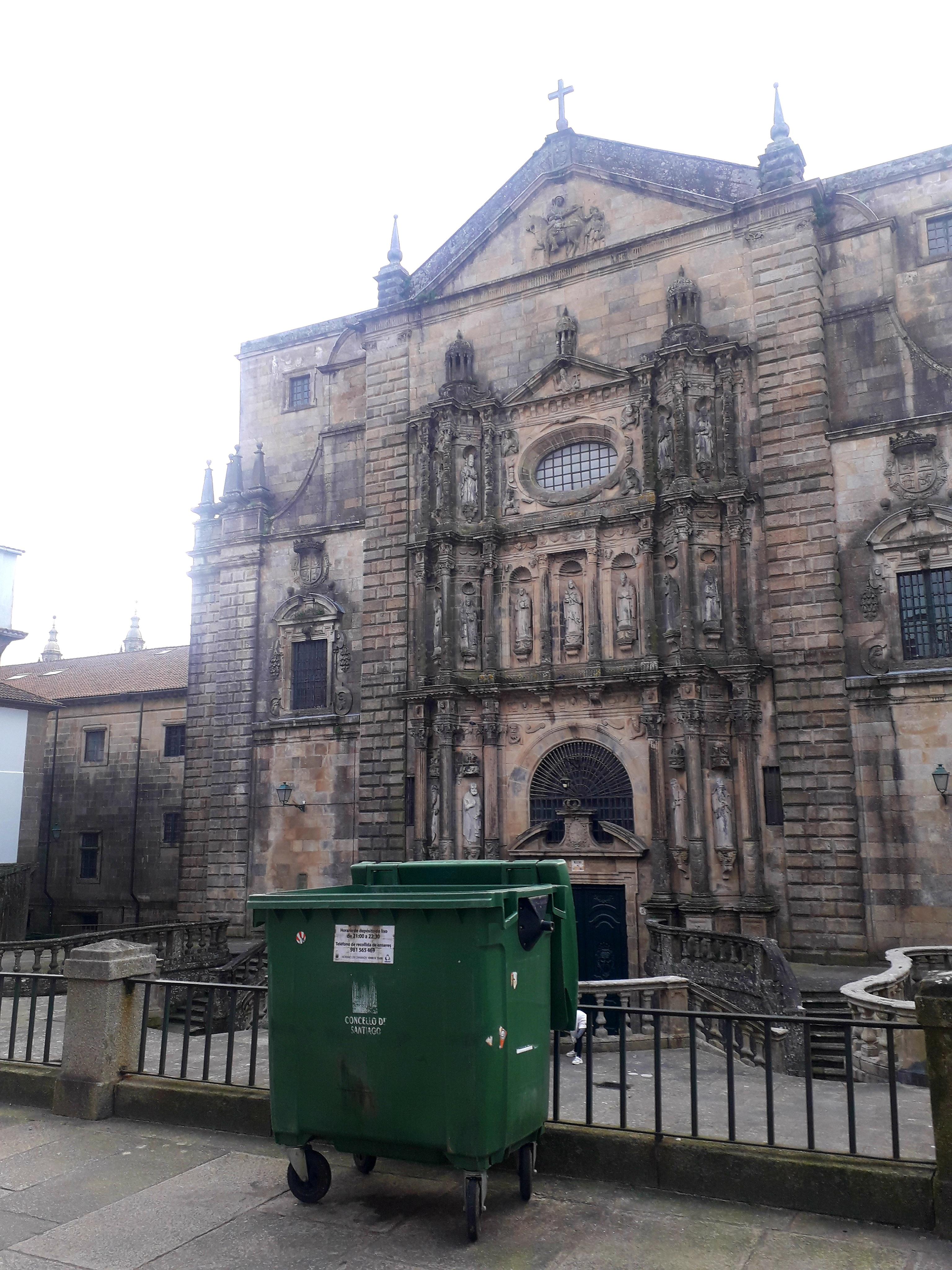 O BNG propón un cambio de emprazamento dos colectores de lixo situados á beira de edificios emblemáticos e monumentos